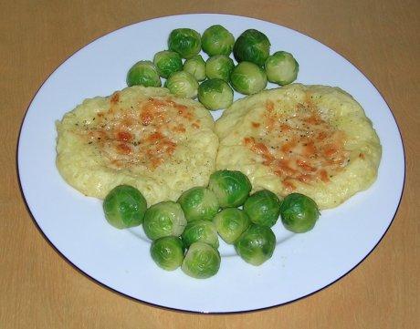 Kartoffelnester mit Käse und Rosenkohl