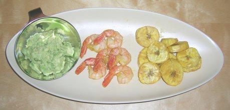 Avocado mit Kochbananenchips und Shrimps