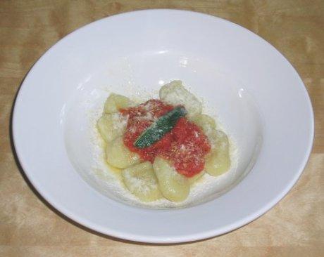 Gnocci mit Tomatensauce und Salbeibutter