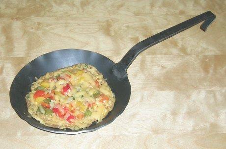 Hirsepfannkuchen mit Paprika und Gouda überbacken