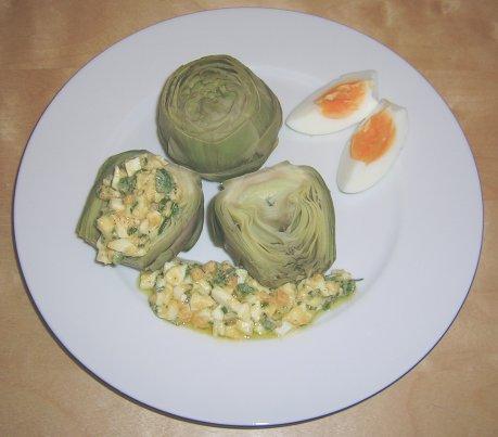 Gekochte Artischocken mit Eiersauce