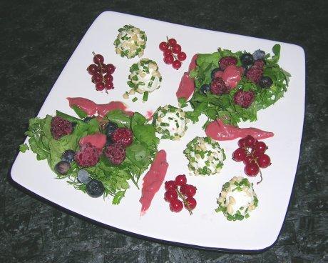 Kräutersalat mit Frischkäsepralinen und Beeren