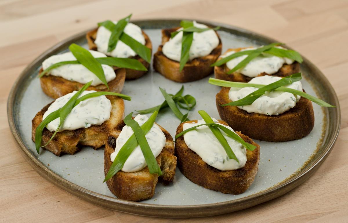 Bärlauch-Frischkäse-Crostini vom Grill