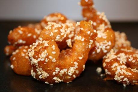 Frittierte Garnelen mit Honig und Sesam