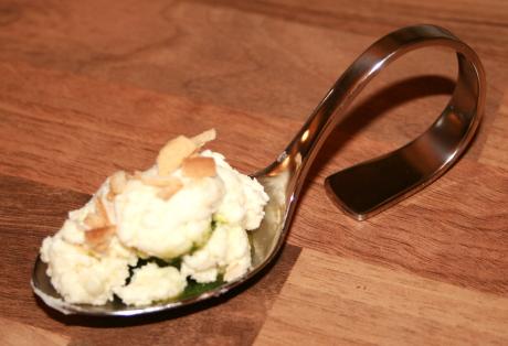 Ziegenfrischkäse mit geeistem Basilikumkern