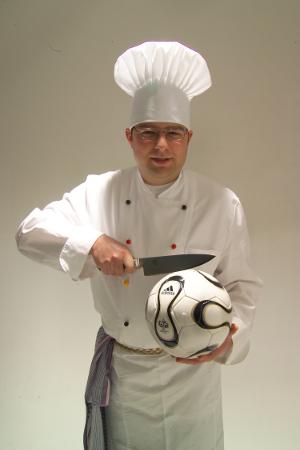 Jan mit-Kochanzug und Fußball