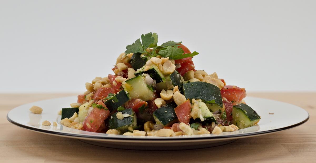 Gurken-Tomaten-Salat mit Erdnüssen aus Ghana