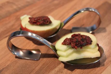 Apfelscheiben mit Oliventapenade