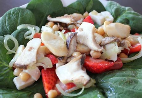 Salat mit Spinat, Austernseitlingen und Erdbeeren