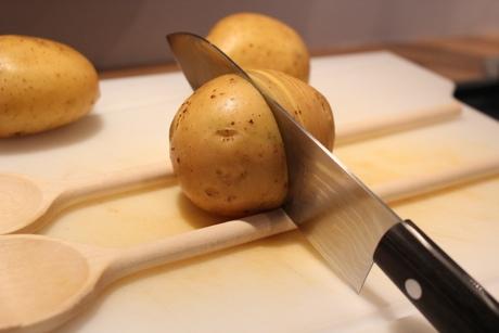 Edle Backkartoffeln während der Zubereitung