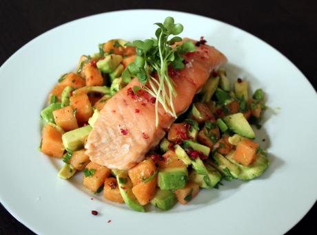 Lach mit Melonen-Avocado-Salat