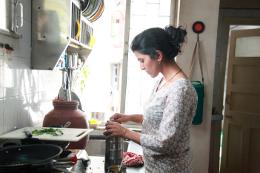 Lunchbox: Ila beim Kochen