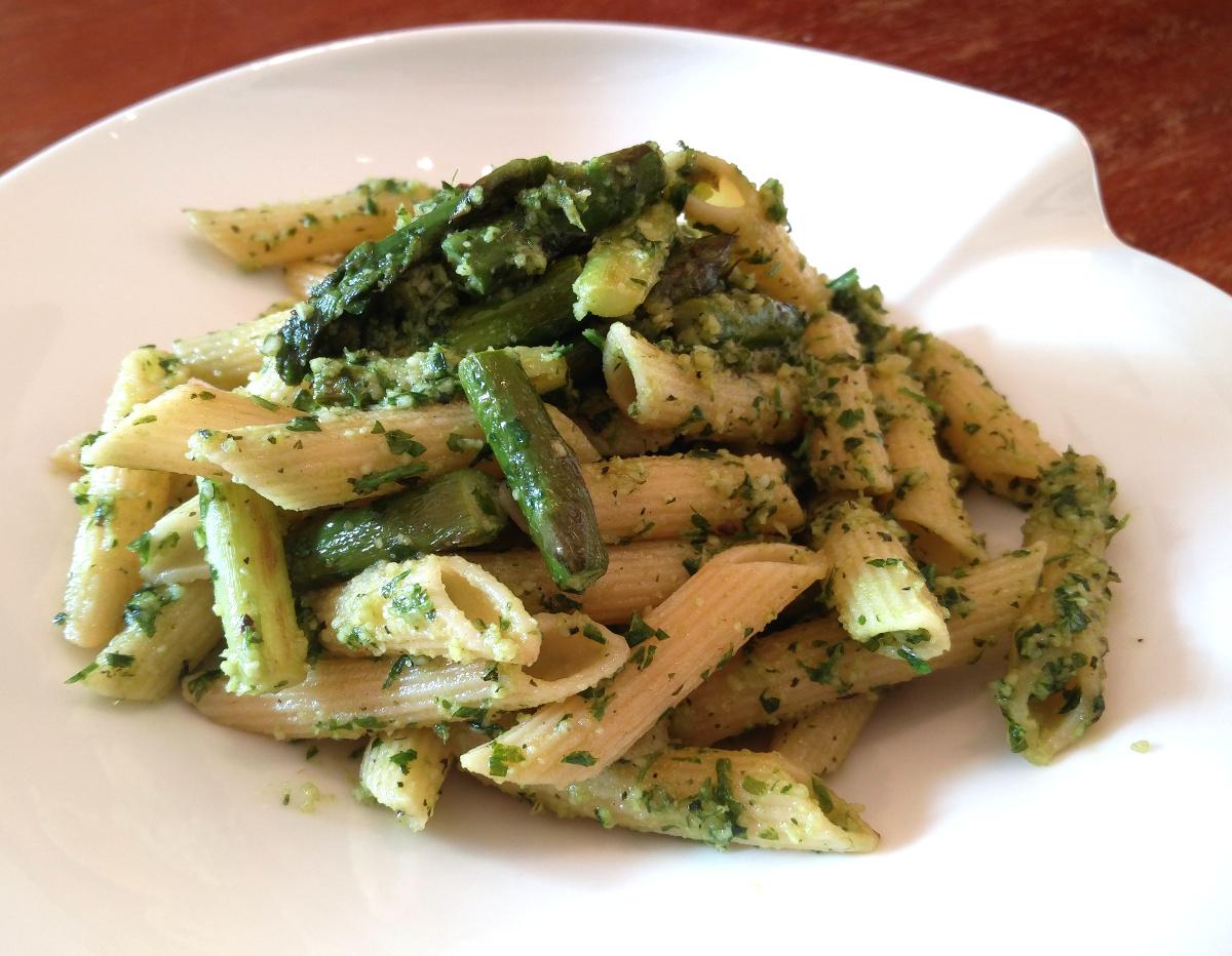 Pasta mit grünem Spargel und Butter-Pesto