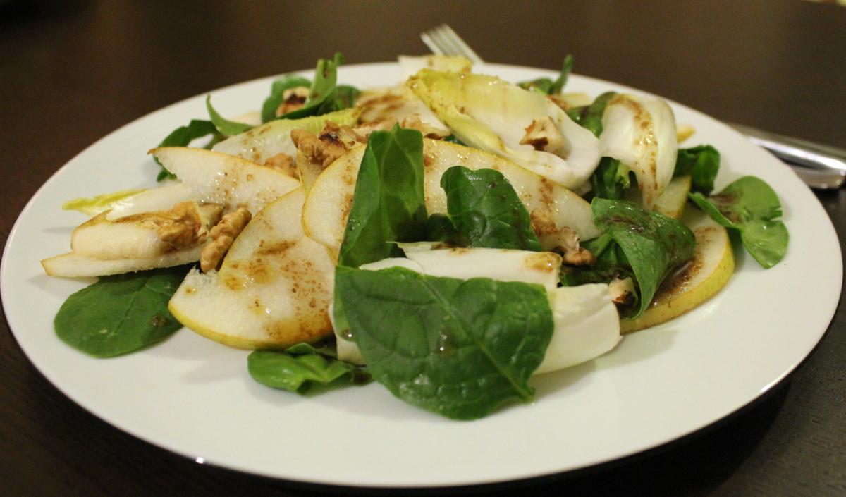 Spinatsalat mit Chicorée, Birnen und Walnüssen