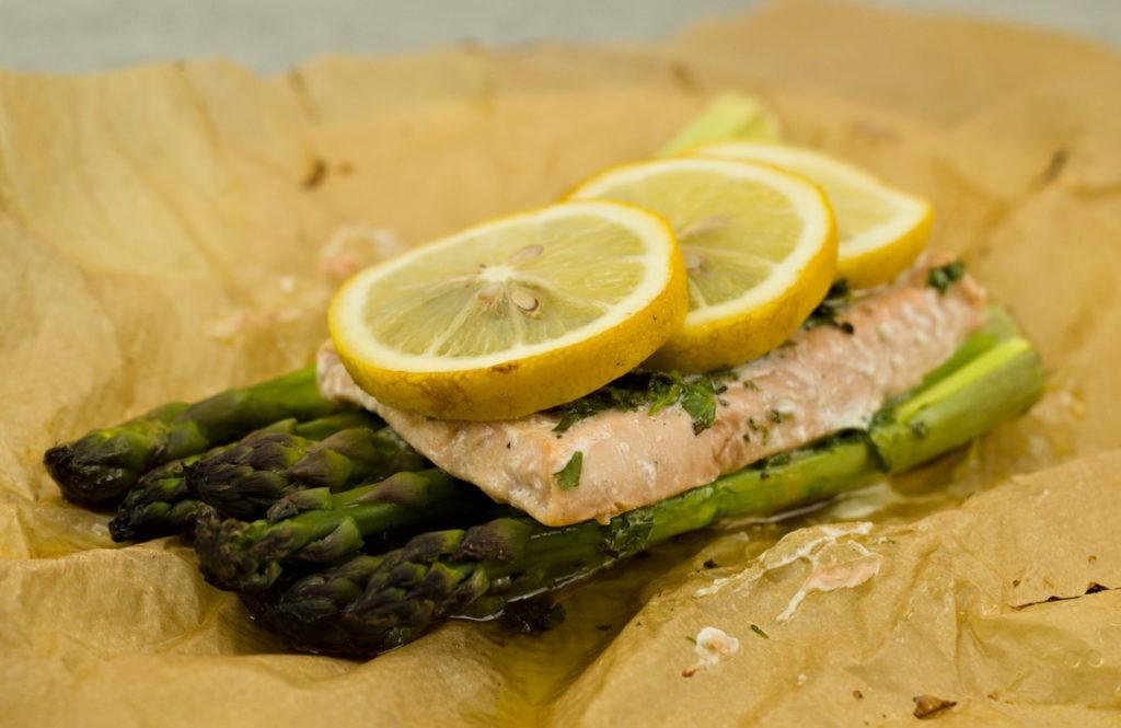Grüner Spargel mit Lachs aus dem Ofen