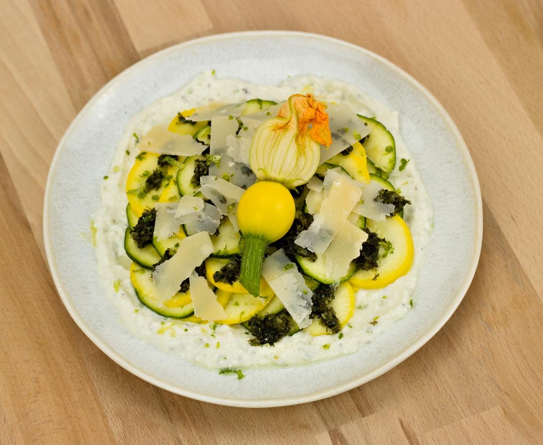 Salat von junger Zucchini auf einem Schafskäsebett mit Minz-Mandel-Pesto